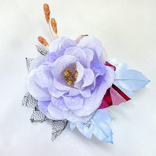 淡紫色のバラのコサージュ