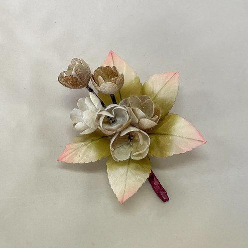 カーキカラーの小花のコサージュ