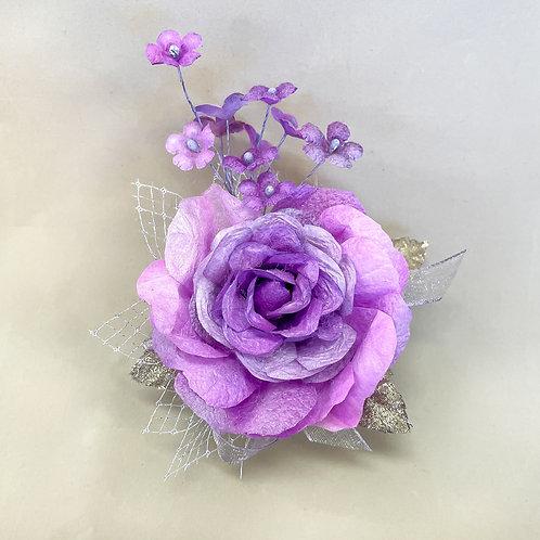 紫の大きいバラのコサージュ