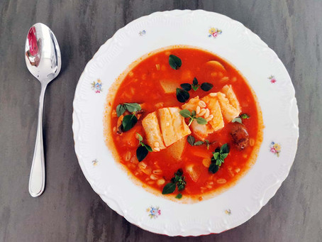 Mediterrane Suppe oder Eintopf mit Gemüse, Rollgerste & Fisch