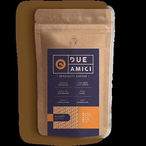 Café Especial Due Amici Edição Allegro, cafés especias de alta qualidade, avaliados e com alta pontuação, a edição Alledro do café Due Amici pode ser adquirida em grãos ou moído. Sensorias de tangerina, mel e aroma floral.
