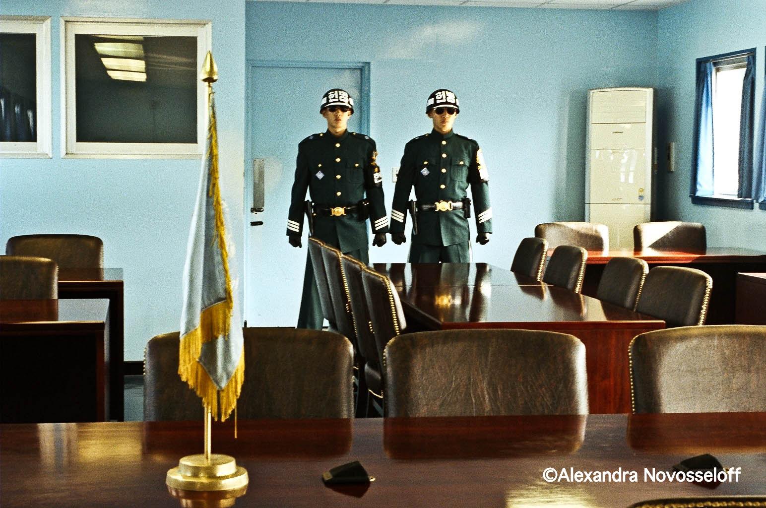 08-Panmunjeom_Dans la maison bleue_2005.