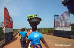 201-AN-Mano-Mano River Bridge-Porteuses de fruits_2016