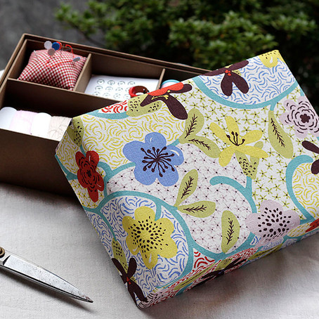 描いたような花模様の裁縫箱