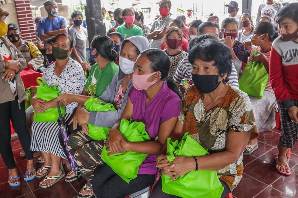 SOS Bali distributing carepacks and foods to Balinese People | Yayasan SOS Bali membagikan makanan dan sembako kepada warga Bali
