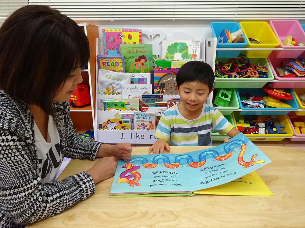 Kiriはいつの間にか英語のゲームでもお母さんに勝つようになりました。