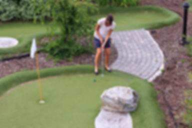 Les femmes jouant au golf miniature