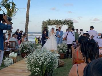 Isaquias Queiroz cumpre promessa e se casa com companheira, em Ilhéus