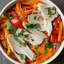 poulet, céréales et poivrons grillés