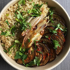 quinoa, aubergines spicy et échalotes rôties