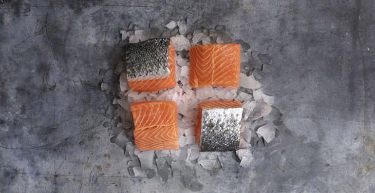 Portion carrée de saumon mowi supreme, découpe kube frais.