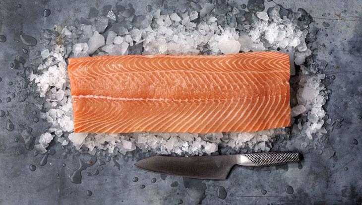 Découpe premium du filet du saumon mowi supreme frais pour une épaisseur maximale.