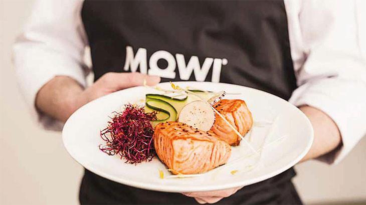 Assiette de saumon MOWI supreme dans les mains d'un restaurateur.