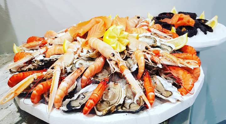 Présentation d'un plateau de fruits de mer bien rangé et réalisé par les poissonneries de Julia à Lyon