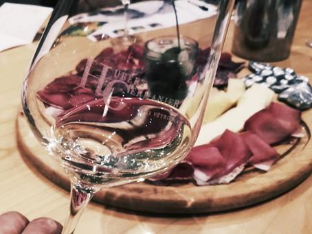 Déguster du vin orange en reniflant des cailloux
