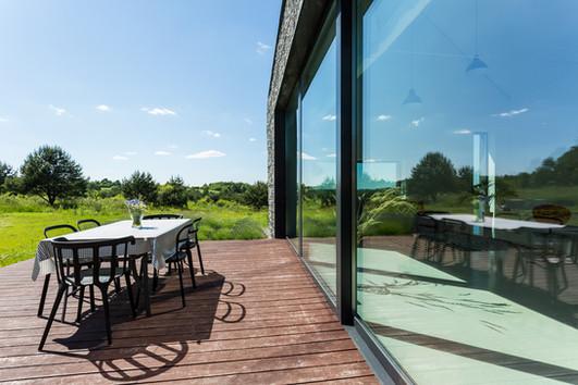 eco-friendly-modern-rural-house-PZTTMFV.