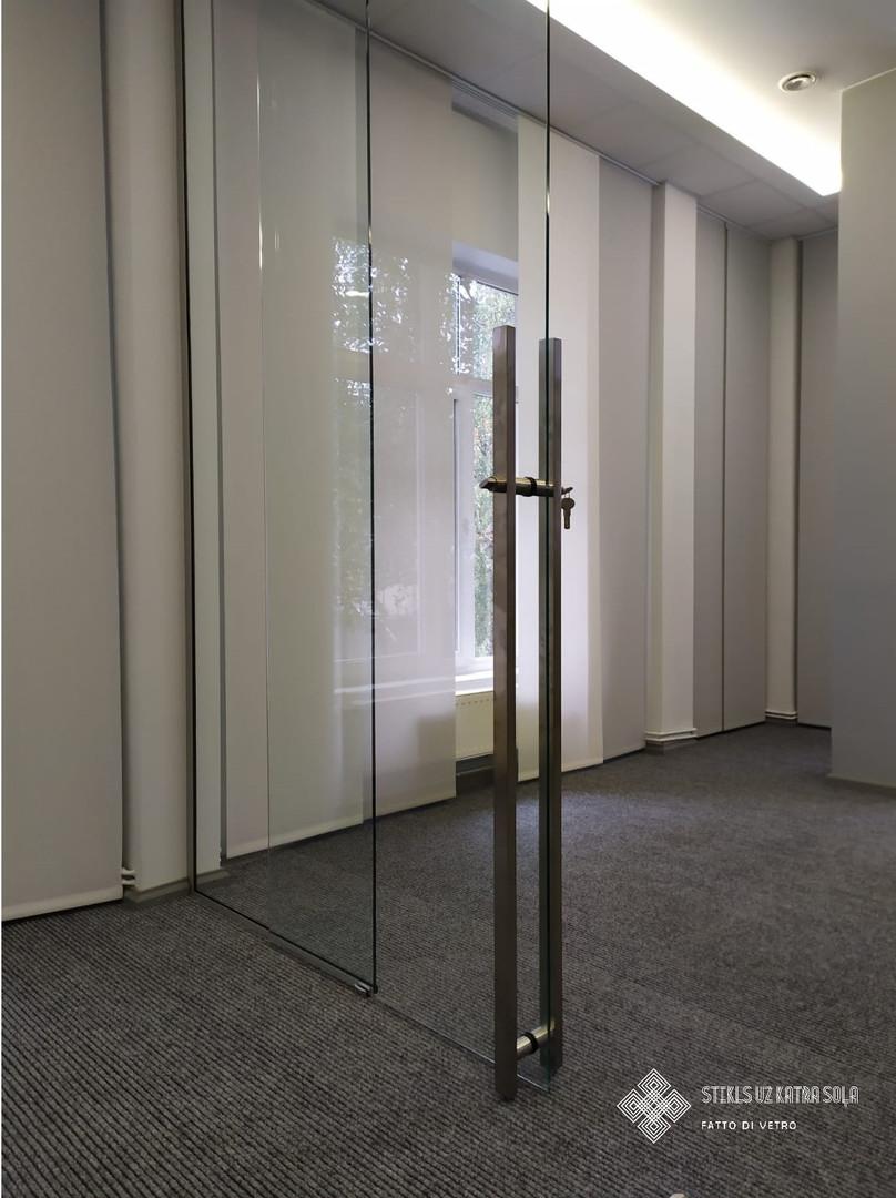 Bīdāmas stikla durvis.