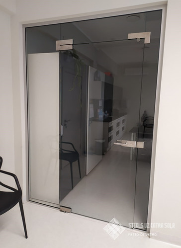 Stikla durvis.
