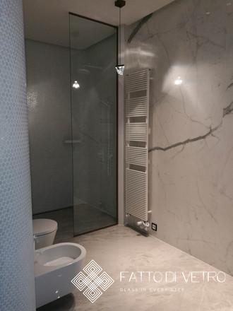 Stikla dušas panelis.