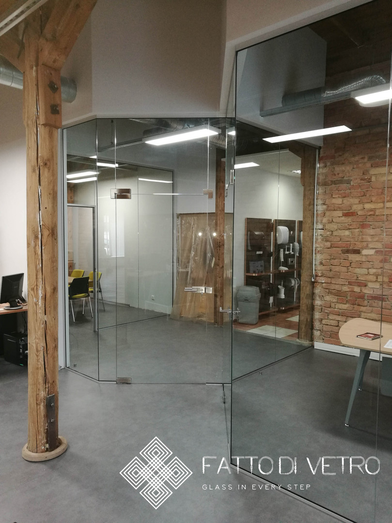 Nodaloša stikla siena.
