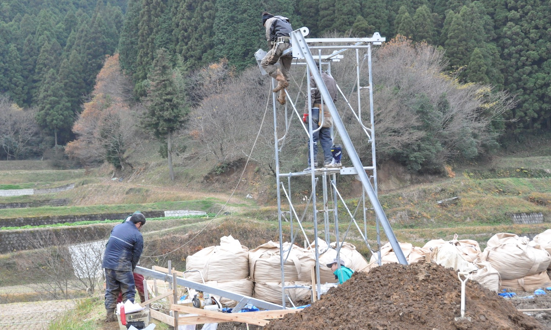田んぼの発電所の組み立て工事