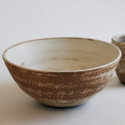 Ceramic bowl with lines