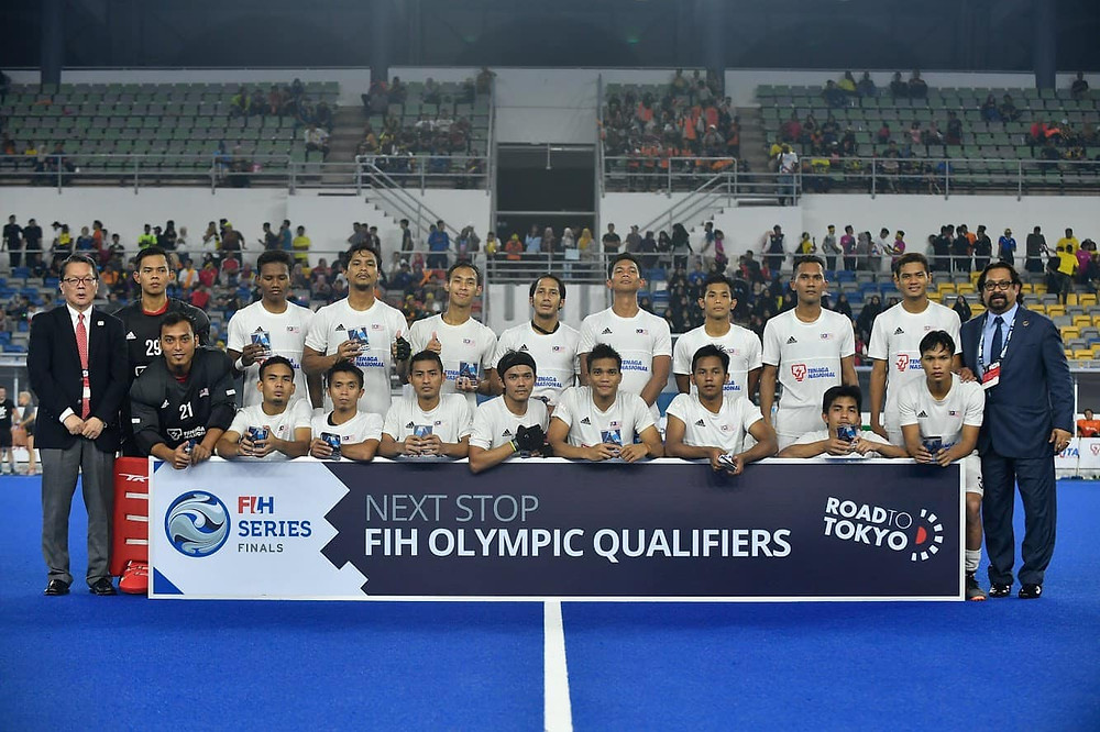 Caption: Dato Seri Subahan (right), the Malaysian team and tournament officials.