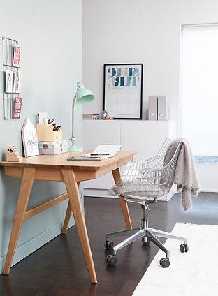 Interieur, werkkamer met designstoel en mooi buro, scandinavisch