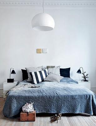 Interieur, bed in slaapkamer, lichte kleuren