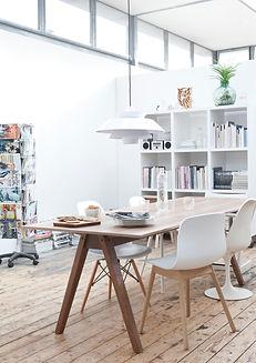 Interieur, eetkamer met eettafel, houten vloer , scandinavisch loft
