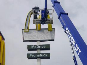 McDonald's Gunzenhausen baut Werbeanlage auf LED Beleuchtung um