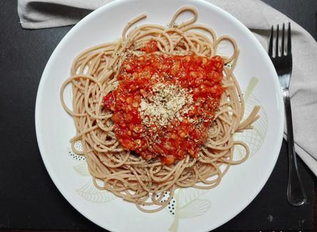 Vollkornpasta mit veganer roter Linsen-Bolognese