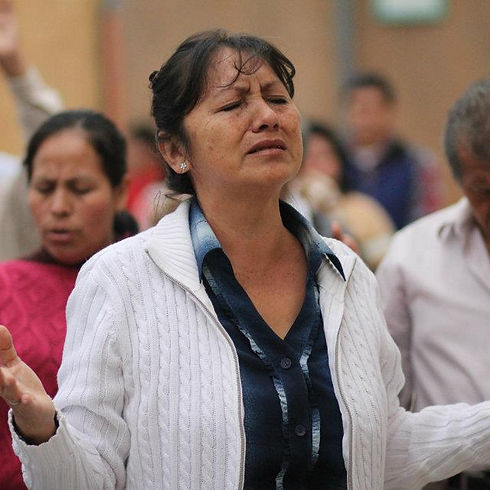lady+worshipping+peru+2012.jpg