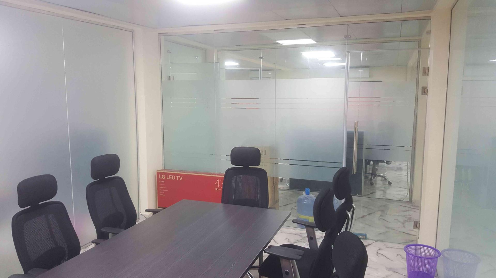 Frameless-glass-partition-debyl-limited-