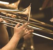 Les mains de l'homme jouant du trombone