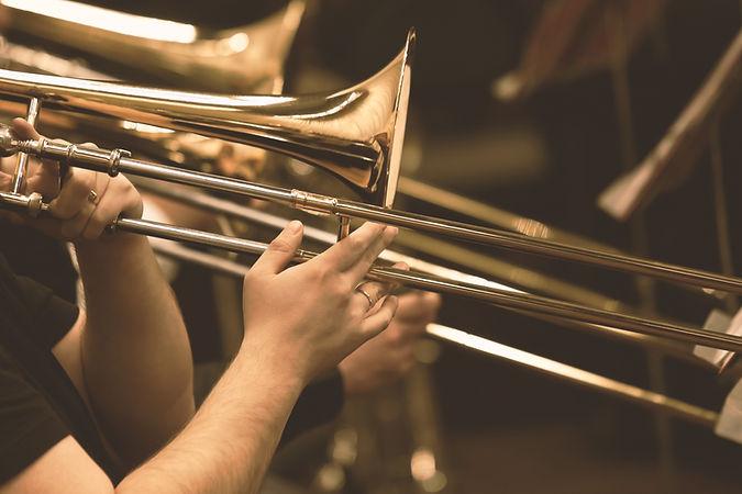 トロンボーンを演奏する男の手