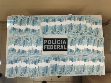 Polícia apreende 112 notas falsas de R$ 100 em encomenda enviada pelo correio, em Apucarana