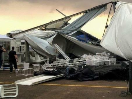 Estrutura montada para receber Bolsonaro desaba com o vento em aeroporto de Maringá