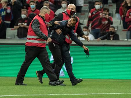 Árbitro relata invasão de torcedor do Athletico no duelo contra o Flamengo
