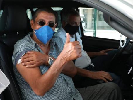Zeca Pagodinho toma segunda dose da vacina contra a Covid-19
