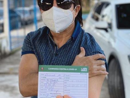 Cantor Xororó toma vacina contra a Covid-19