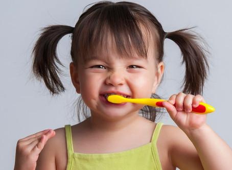 Cómo los refrescos y el jugo afectan los dientes de los niños pequeños