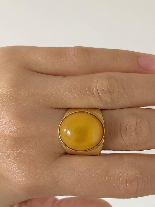 Позолоченное кольцо с янтарем, размер 17,5