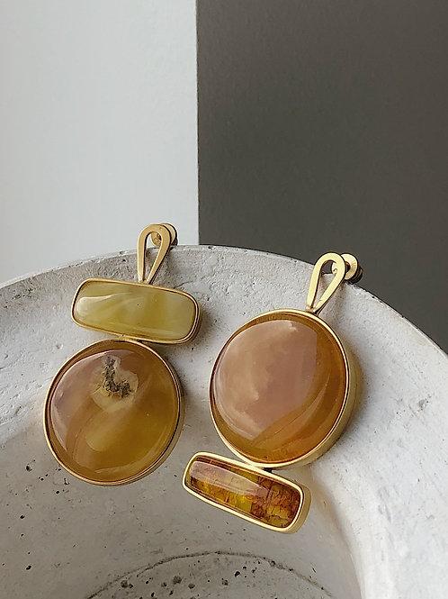 Асимметричные серьги с янтарем.