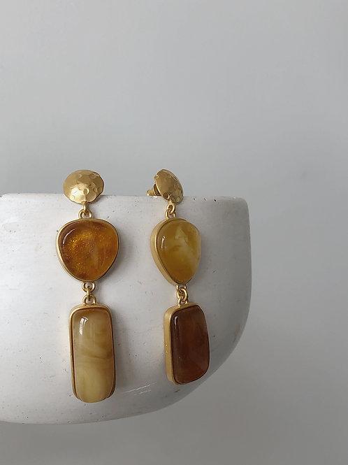 Асимметричные серьги пусеты с янтарем