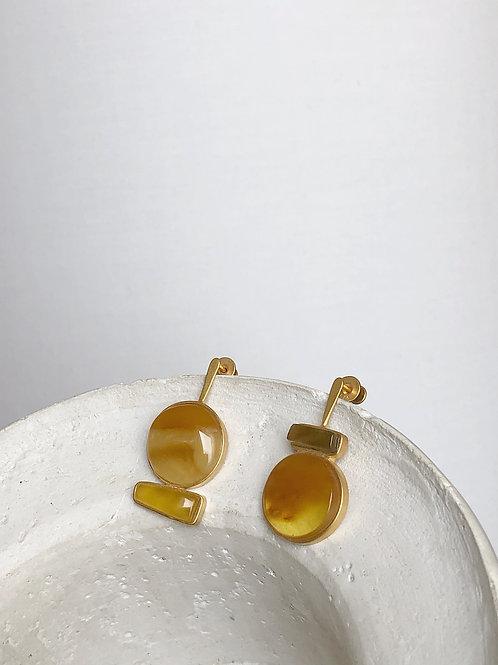 Асимметричные серьги пусеты с янтарем.