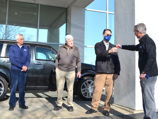 Kains give SUV to Woodford couple facing health crisis
