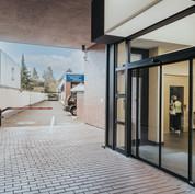 Eingangsbereich / Schranke Studiogebäude