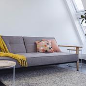 Sofa mit Deko aufgebaut im Studio