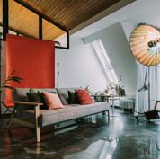 Fotostudio mit Sofa und Hintergrundpapier